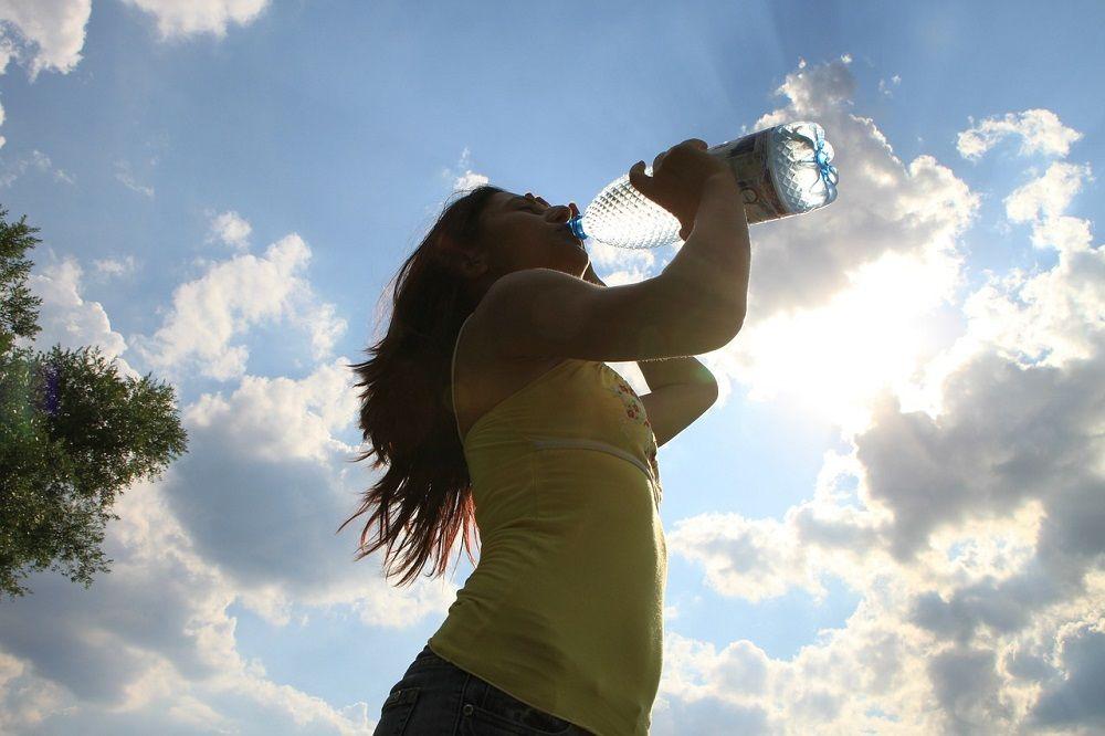 Pitný režim si hlídejte víc než kdy jindy. Voda či neslazený čaj Vás osvěží nejlépe.