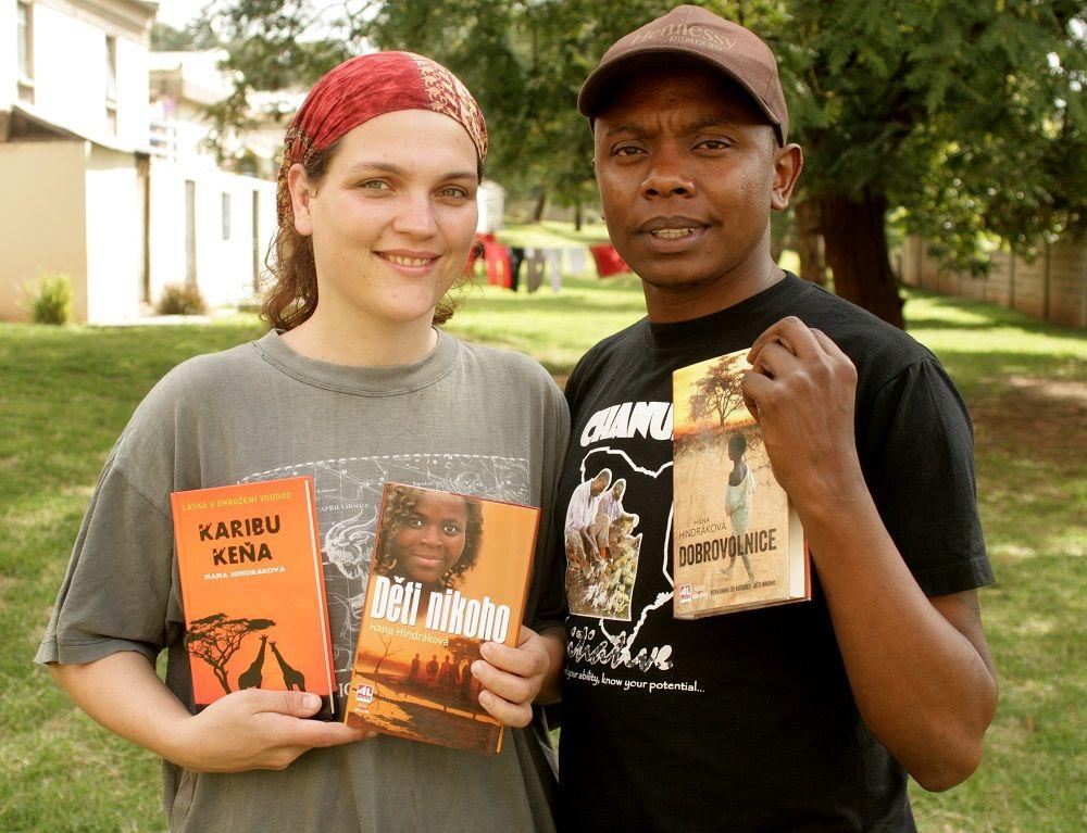 Afrika dojem zanechala i silnými lidskými příběhy, jež stálo zato literárně zpracovat a poslat dál.